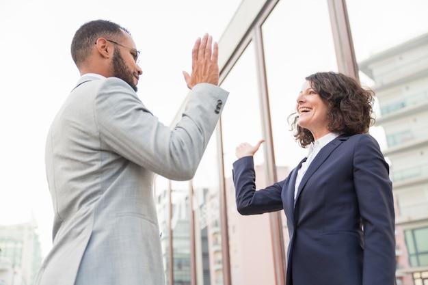 Collègues d'affaires donnant haut cinq