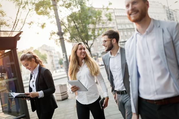 Collègues d'affaires marchant et parlant dans les rues de la ville