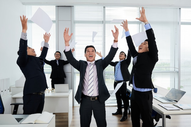 Des collègues asiatiques célèbrent le succès