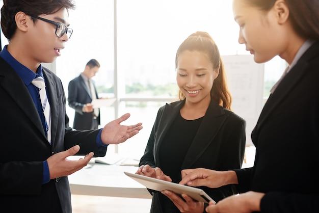 Des collègues asiatiques concentrés sur le travail