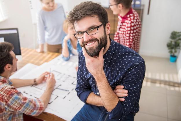 Collègues au bureau avec des plans d'architecture et un ordinateur. concept de gestionnaire
