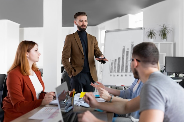 Collègues ayant une réunion de travail