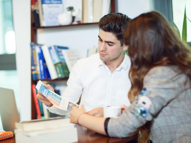 Collègues cherchant une newsletter et discutant