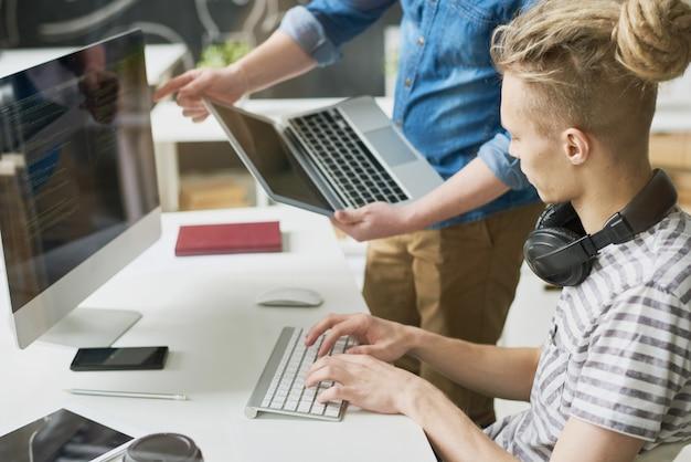 Collègues codant des informations au bureau