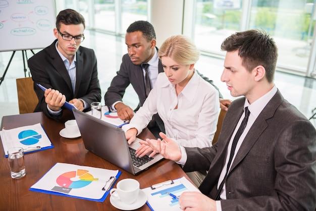 Collègues en communication avec leur patron lors d'une réunion.