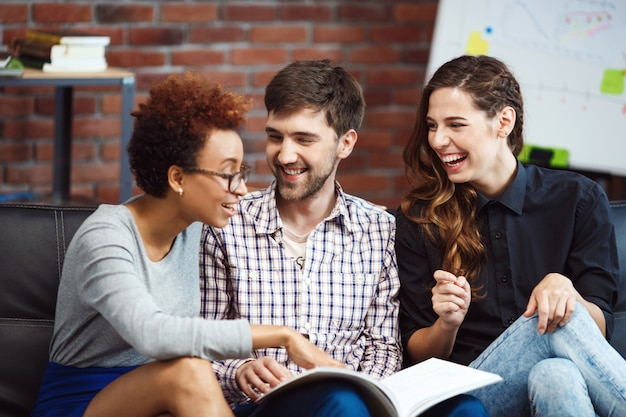 Collègues communiquant pendant le freinage des affaires