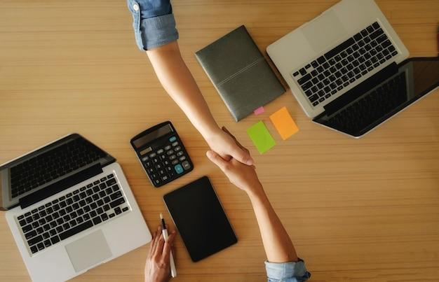 Collègues comptables en papier stratégie geste des doigts