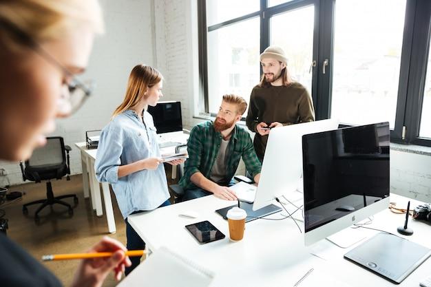 Collègues concentrés au bureau à l'aide d'un ordinateur