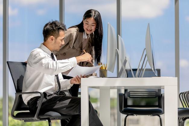 Collègues dans le bureau moderne.