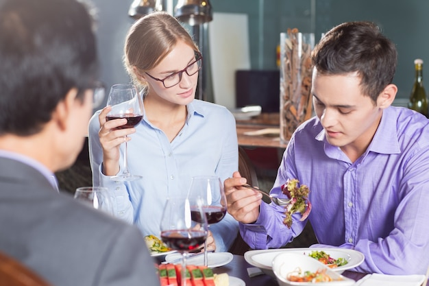 Collègues dîner au restaurant