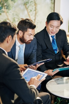 Collègues discutant de la croissance des entreprises