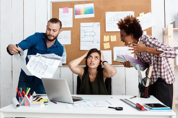 Collègues discutant, discutant de dessins, de nouvelles idées au bureau