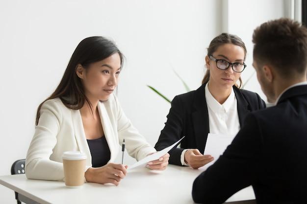 Collègues discutant du plan d'affaires dans le bureau