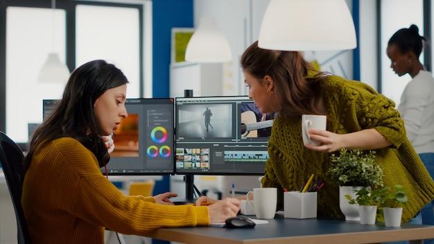 Collègues discutant du projet vidéo ajustant les séquences de film