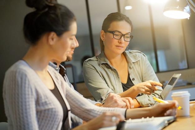 Collègues discutant des idées dans un espace de travail commun