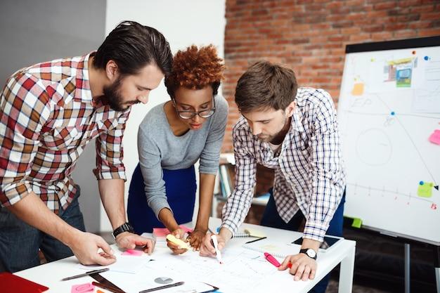 Collègues discutant de nouvelles idées lors d'une réunion d'affaires.