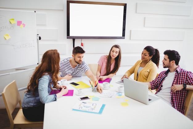 Collègues discutant en réunion au bureau créatif