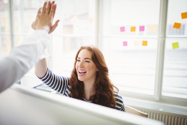 Collègues donnant cinq dans le bureau créatif