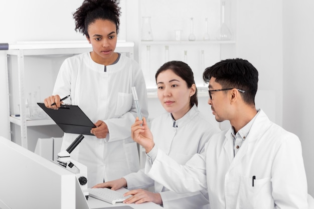 Collègues du laboratoire faisant des expériences
