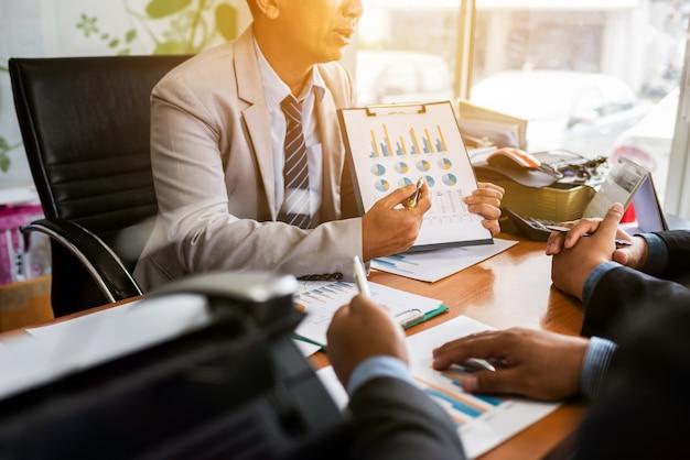 Collègues entrepreneurs masculins dans une salle de réunion au bureau de création discutant de commerce en comptabilité
