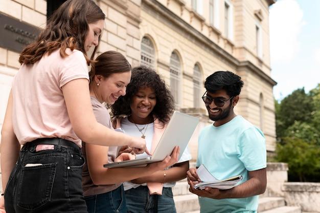 Collègues étudiant ensemble devant leur collège