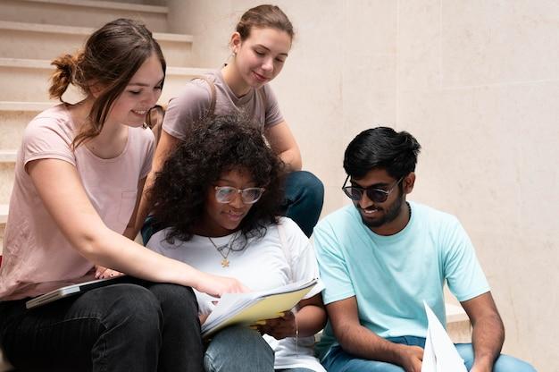 Collègues étudiant ensemble pour un examen collégial