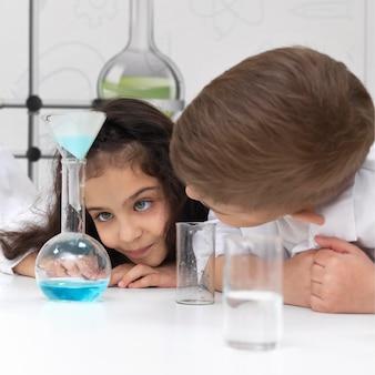 Collègues faisant une expérience chimique à l'école