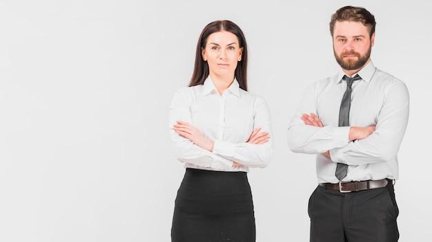 Collègues femme et homme debout confiant
