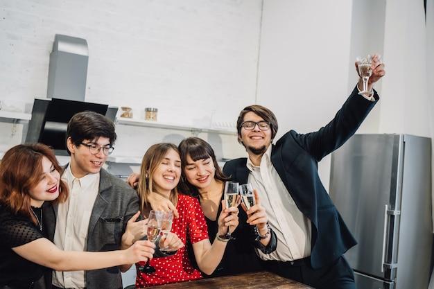 Des collègues heureux au bureau célèbrent un événement spécial