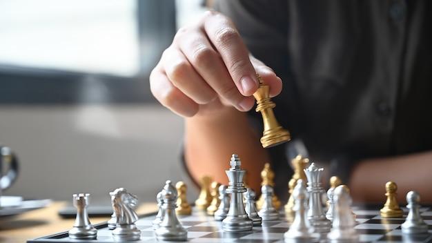 Collègues jouant aux échecs