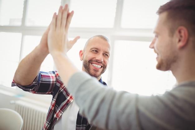Collègues masculins donnant un high-five