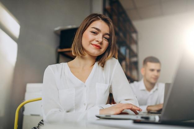 Collègues masculins et féminins travaillant dans le bureau
