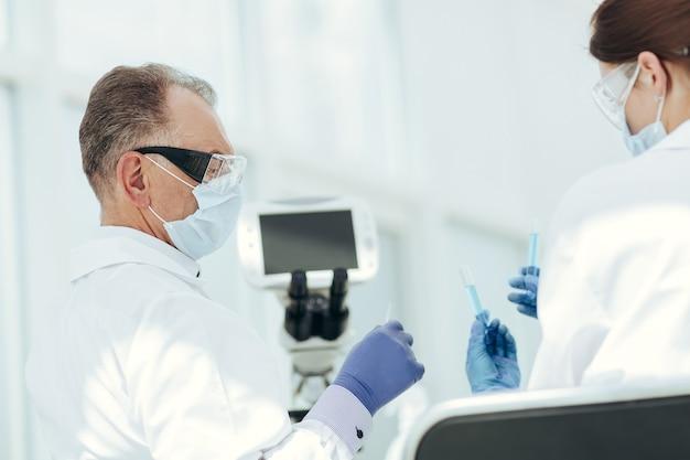 Collègues médicaux comparant les résultats des tests