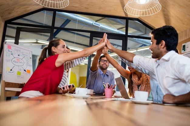 Collègues occasionnels réunissant les mains