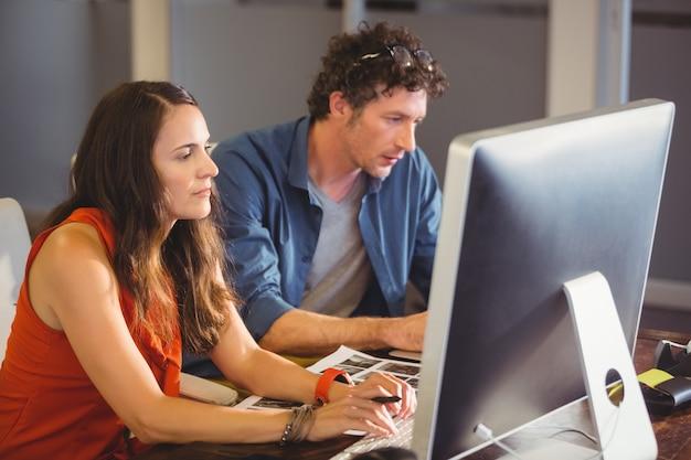 Collègues occasionnels utilisant un ordinateur
