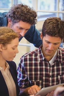 Collègues occasionnels utilisant une tablette