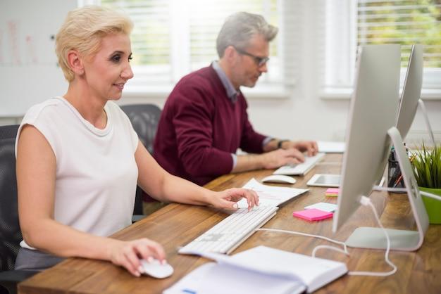 Collègues occupés devant des ordinateurs