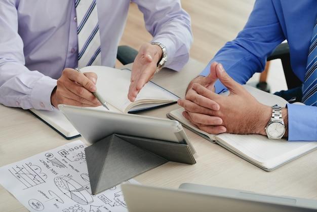Des collègues recadrés générant des idées commerciales