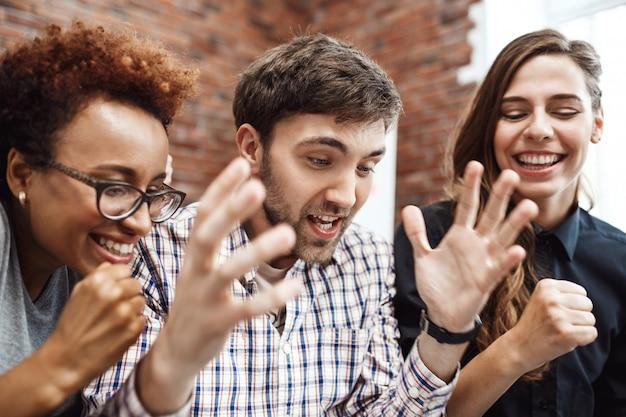 Collègues se réjouissant de leur travail lors d'une réunion d'affaires.