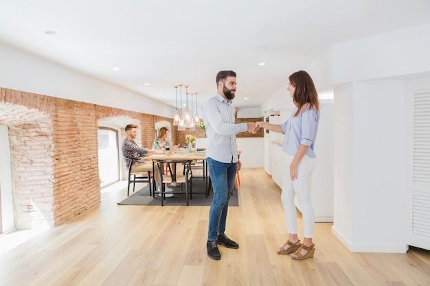 Des collègues se serrant la main dans un bureau moderne