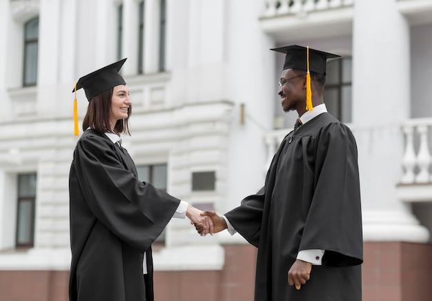 Collègues de tir moyen diplômés