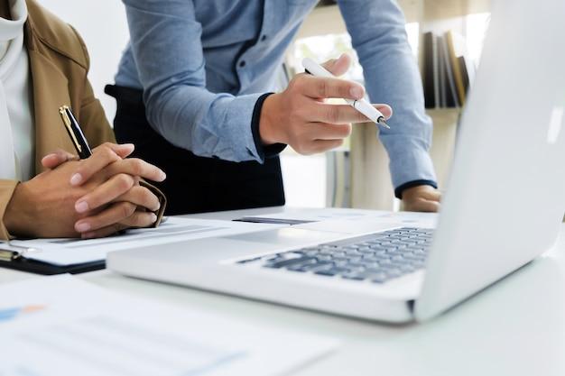 Collègues de travail commencent à analyser un investissement d'évaluation