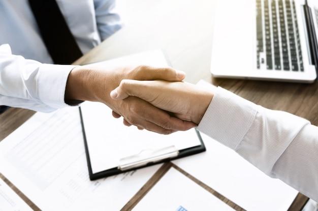 Collègues de travail investisseur main secouant