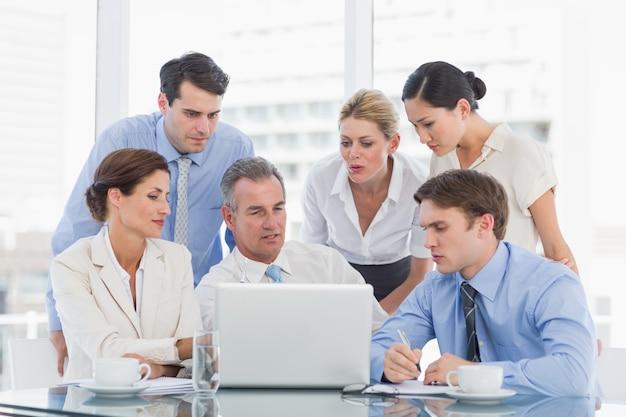 Collègues de travail avec ordinateur portable au bureau