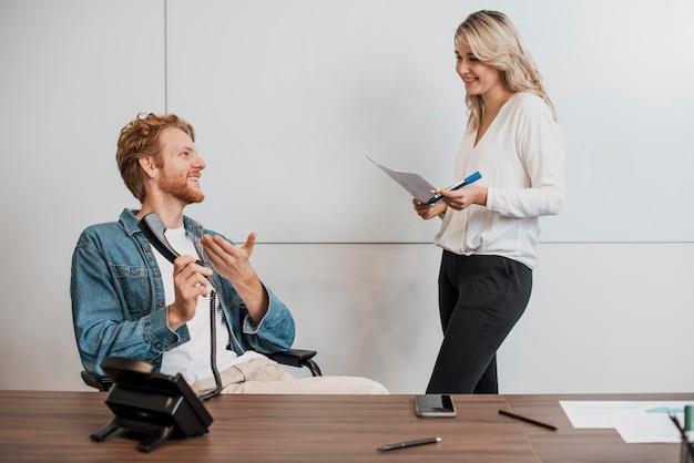 Collègues de travail parlant vue de face