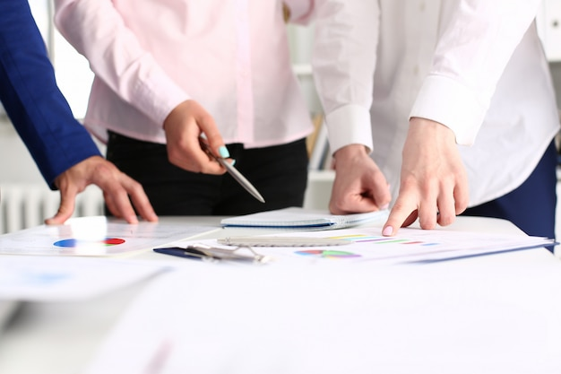 Collègues de travail travaillant avec des documents dans un bureau moderne