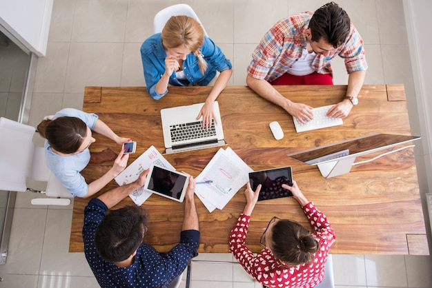 Collègues travaillant au bureau dans une atmosphère détendue