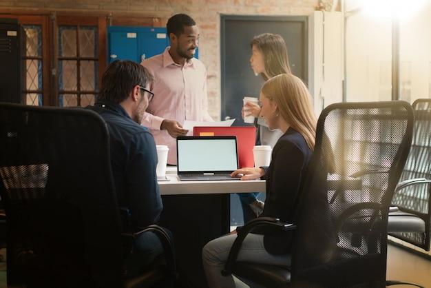 Collègues travaillant dans des bureaux modernes