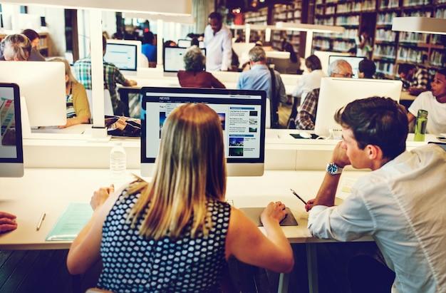 Collègues travaillant ensemble dans un ordinateur de bureau