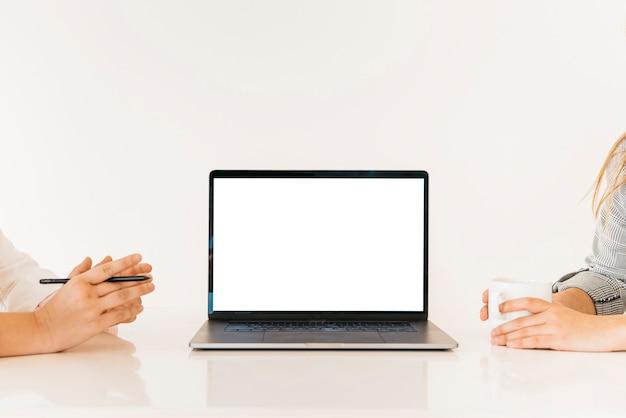 Collègues travaillant ensemble sur un ordinateur portable